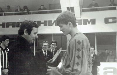 Apdovanojamas Linas Pivoras, geriausias turnyro puolėjas, Almetjevskas, 1984 m.