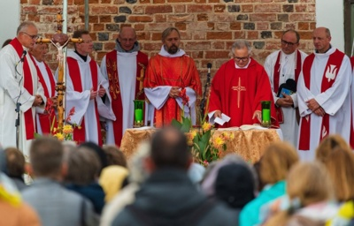 Mišios. Šv. Mišias aukojusiam V. Šimkūnui SJ koncelebravo tėvai jėzuitai, suvažiavę iš įvairių misijų. (Jezuitai.lt nuotr.)