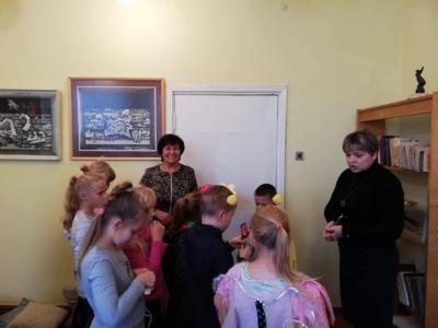 Renginio metu. Dešinėje – Sidabravo gimnazijos bibliotekininkė Aušra Staškūnienė, toliau mokytoja Janina Skubrienė