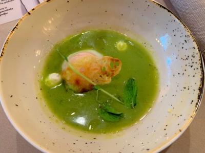 Žalių žirnelių sriubą su kiaušiniu marškinėliuose ir rikota.