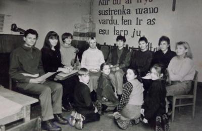 """Daugumai 1997 m. įkurto ansamblio narių """"kantičkinės"""" giesmės nebuvo svetimos– girdėjo jas giedant tėvus, kai kurie buvę giedoję ir patys. (R. Kalakauskienės asmeninio archyvo nuotr.)"""