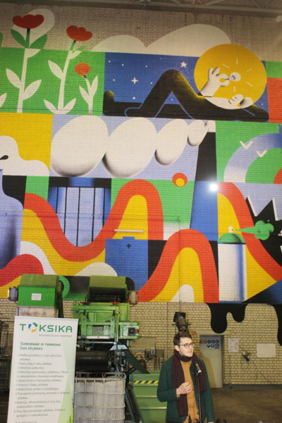 Dailininkas Martynas Aužbikavičius nutapė 18 m ilgio ir 15 m pločio paveikslą. Šiaulių r. savivaldybės/R. Žadeikytės nuotr.