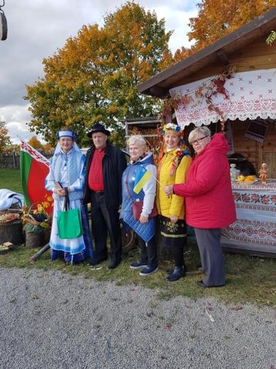 """Raštai. Neseniai Šiaulių nevyriausybinės organizacijos rengė rudens šventę, kurioje ukrainietiškais tautiniais raštais švytėjo ir bendruomenės """"Karpatai"""" nariai."""