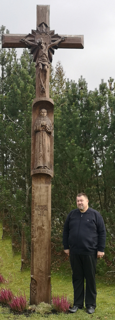 Darius Kmelnickas prie šeimos paaukoto kryžiaus Paparčių parapijai
