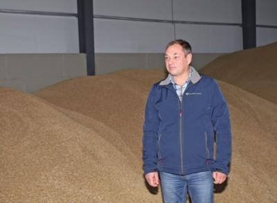 """""""Nors pasėlius skriaudė sausra, bet šiemetis derlius – neblogas"""", – sako ūkininkas Vigintas Ilgutis."""