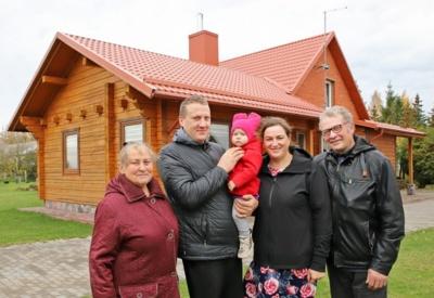 Vieni pirmųjų mūsų krašto ūkininkų Danutė ir Jonas Masilioniai ir jų sukurtą ūkį perėmusi dukra Laura su draugu Pauliumi bei jųdviejų dukrele Vesta.