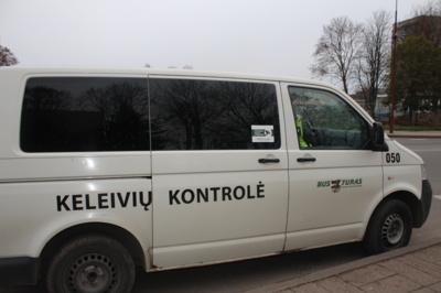 """Mobili """"nuovada"""". Su kontrolieriais ne tik kalbamės, bet ir dirbame: J. Basanavičiaus g. pirmuoju numeriu pažymėtame autobuse sugauname dar vieną pažeidėją– vyrą su mažamečiu vaiku. Abu išvedami į kontrolės autobusiuką."""