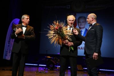 """G. Nausėdai skirtą """"Garbės klaipėdiečio"""" apdovanojimą atsiėmė prezidento tėvelis Antanas Nausėda."""