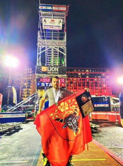 Karolis Gražinis pasaulio čempionate su Pasvalio vėliava.