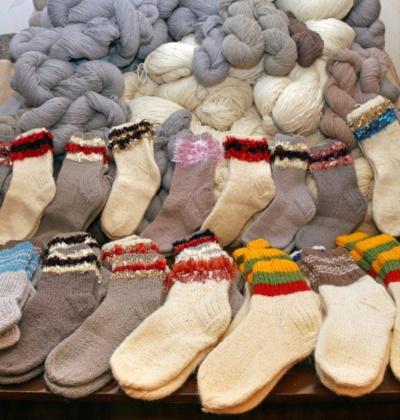 Ir kojinių riešeliai gali būti spalvingi, saviti. Aidos Garastaitės nuotrauka.