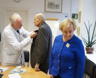 Susitikimo organizatorius gydytojas psichiatras Petras Volkovas įsegė susitikimo dalyviams savo pagamintus atminimo ženklus.