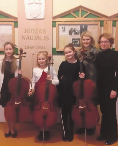 Festivalio dalyvės iš Kaišiadorių meno mokyklos su savo pedagoge S. Mikalauskiene bei akompaniatore D. Eidukiene.