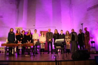 Wenche Bjorkeng (Pasvalio krašto garbės pilietė, antra iš dešinės) su Pasvalio muzikos mokyklos dailės ir muzikos skyrių mokiniais, kurie gavo stipendijas, bei jų mokytojais. Rūtos Jaruševičienės nuotr.