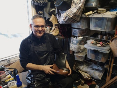 Batsiuvys rankoje laiko viena įdomesnių batų, kurį jam paliko klientė, prašydama parduoti.