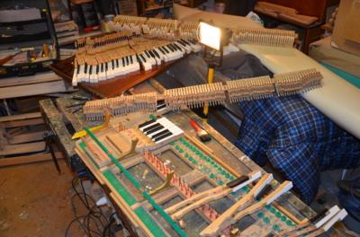 Vidus. Kad išgirstumėte vieno pianino klavišo skambesį, prireikia pagaminti šimtą detalių. O kad suskambėtų visas pianinas, detalių reikia dar daugiau– beveik dešimties tūkstančių. (A. Kulikausko asmeninio archyvo nuotr.)
