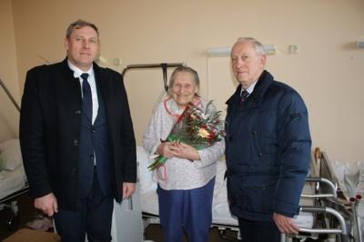 Sukaktuvininkę Veroniką Jurkaitienę pasveikino Telšių miesto seniūnas Česlovas Ubartas ir mero pavaduotojas Kazys Lečkauskas.