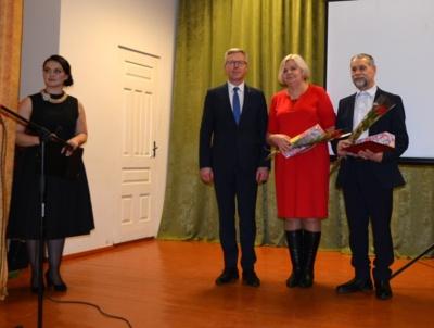 Po apdovanoimo už socialinę veiklą nuotrauka atminimui , iš kairės renginio vedančioji žemės ūkio specialistė A. Bialoglovytė, meras Skirmantas Mockevičius, neįgaliųjų draugijos pirmininkė V. Pieniutienė, esperanto klubo prezidentas S. Raulynaitis