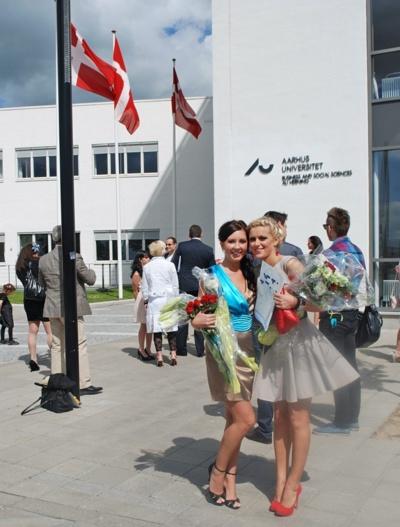 Renata (kairėje) po diplomo įteikimo Danijoje. Asmeninio albumo nuotr.