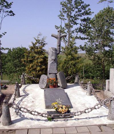 Įamžinimas. Paradoksalu, tačiau mėgstamiausiam lietuvių rašytojui A. Raudonio sukurtas antkapinis paminklas Papilės kapinėse yra vienas žinomiausių autoriaus darbų.