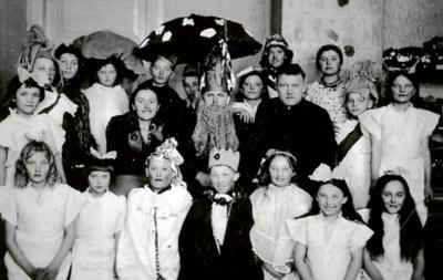 Po vaidinimo. Kairėje šypsosi Kurtuvėnų pradžios mokyklos mokytoja J. Petniūnaitė. (R. Baltučio archyvo nuotr.)