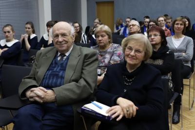 Bendruomenė. Knygos pasitikti į didžiausią Šiaulių apskrities biblioteką susirinko miesto lituanistų bendruomenės nariai, lietuvių kalbos mylėtojai, Vytauto Sirtauto ir lituanistinės Sirtautų šeimos gerbėjai.