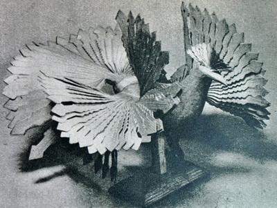 Medinis paukštis. Rastas Šiauliuose. Ypatingo grožio drožėjo darbas. Pasižymi nepaprasta, sudėtinga konstrukcija. Tikras meno kūrinys.