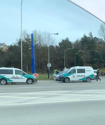 """Pareigūnai nuodugniai tikrino sustabdytą """"BMW"""" / """"Facebook"""" grupės """"Kur stovi policija Kaune"""" nuotr."""