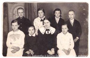 Kitoje nuotraukoje 1935 metais įsiamžinusi Kinkių pradinės mokyklos mokytoja Julija Macevičiūtė su ką tik egzaminą išlaikiusiais auklėtiniais. Fotografavo papilėniškis J. Sinkevičius.