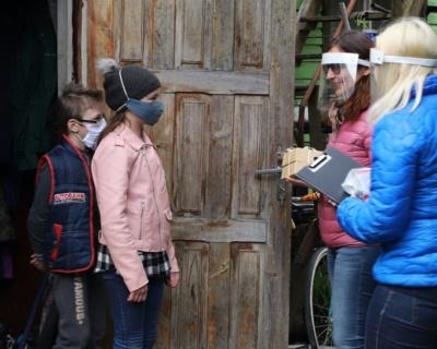 Vaikų dienos centro socialinės darbuotojos Edita ir Audra aplankė Vytautę ir Deivydą. Aidos GARASTAITĖS nuotrauka