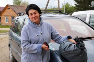 Edita Stragienė grįžo iš savo prižiūrimų senelių ir atsivežė maišelį nešvarių drabužių, kad išskalbtų seniūnijos pastate esančioje skalbyklėje. Aidos GARASTAITĖS nuotrauka.