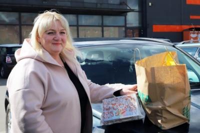 Dvidešimt metų vienišus žmones prižiūrinti Rita Jasėnienė atvažiavo į Pasvalį juos apipirkti. Aidos GARASTAITĖS nuotrauka.