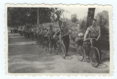 1955 m. vasarą Šilutės 1-osios vidurinės mokyklos komanda pradeda turistinį žygį į Vilnių. Dviratininkų priešakyje – fizinio lavinimo mokytojas ir krepšinio treneris I. Žilinskas.