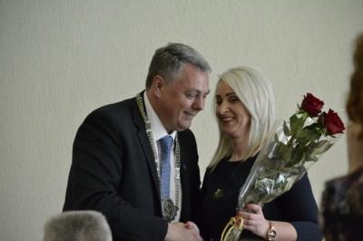 """Meras V. Bendaravičius liko dėkingas savo pavaduotojai Ligitai Kazlauskienei, kuri geranoriškai sutiko užleisti savo postą E. Kuturiui (nuotr. iš """"Pamario"""" archyvo)."""