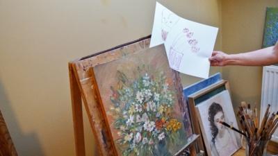 Gydytojos studijoje pakabinta ir jau nupieštų paveikslų, ir tų, ties kuriais dar dirbama. Ji sako mielai įsileidžianti ir anūkus piešti kartu.