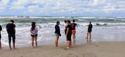 15:00 val. Na kaip gi diena be jūros? Pajūrį sudrebinome šokiais, dainomis bei sportiniais žaidimais. (nuotr. Marius Sketerskas)