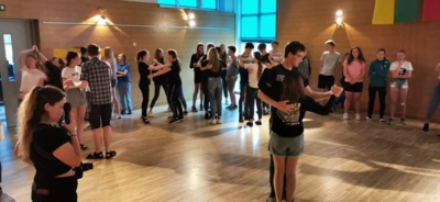 21:00 val. Dieną praturtino savanorių mokyti užsienio šalių (Austrijos, Sakartvelos, Turkijos, Armėnijos, Azerbaidžiano) šokiai. (nuotr. Marius Sketerskas)