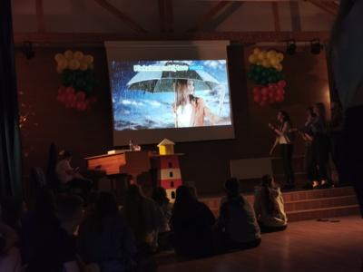20:00 val. Moksleiviai gavo didžiulę dozę žinių apie savanorių gimtąsias šalis, o stovykloje susibūrusi entuziastų grupė praturtino vakarą karaoke dainomis.