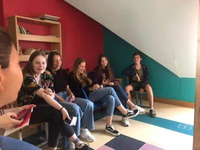 11:00 val. Kiekvienam buvo įdomu sužinoti apie savanoriškų organizacijų veiklą. Mokiniai užsimotyvavo dalyvauti. (nuotr. Marius Sketerskas)