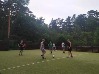 19:00 val. Kiekvienas išbandė jėgas futbolo aikštelėje: vieni kaip žaidėjai, kiti - teisėjai, treti - palaikymo komanda. (nuotr. Eka Kapanadze)