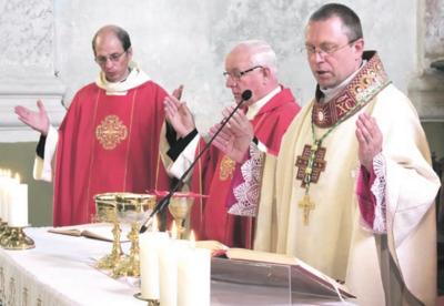 Vyskupas A. Jurevičius laiko pirmąsias mišias Žemaitijoje.