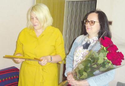 Ireną Matonienę sveikino Žiežmarių seniūnė E. Kerdokienė ir vyr. specialistė I. Graužienė.