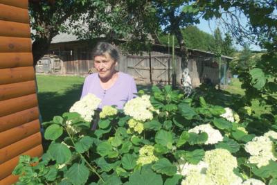 Gražios sodybos šeimininkė Ona Palevičienė džiaugiasi ir gerais kaimynais.