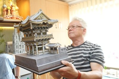 """Rimantas rodo ir japonų šventyklas, prie kurių taip pat praleisti mėnesiai laiko. """"Čia pusė milimetro svarbu. Netiksliai iškirpsi, nebepavyks"""", – paaiškina jis."""