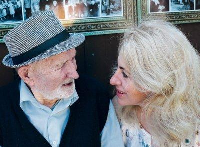 Pasvalietis Petras Simonaitis šnekučiuojasi su vilniete sesers anūke Dagne. Aidos GARASTAITĖS nuotrauka