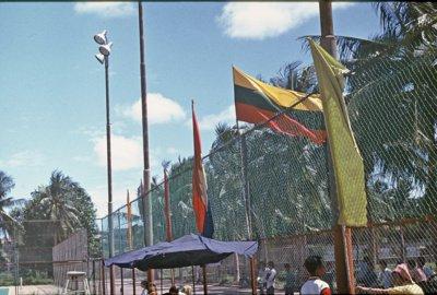 """""""Kambodžoje oficialiai atstovavome Sovietų Sąjungai, bet varžybų metu vietiniam berniukui padaviau iškelti Lietuvos vėliavą"""", – pamena Z. Sabalys. (Z. E. Sabalio asmeninio archyvo nuotr.)"""
