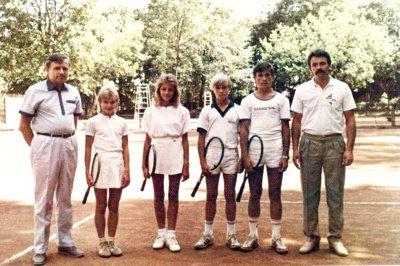 Į Kambodžą lietuviai išvyko šešiese: iš kairės grupės vadovas Z. Sabalys, tenisininkai Neringa Buivydaitė, Monika Špokaitė, Žilvinas Strakšas, Tomas Petrauskas ir treneris R. Balžekas.