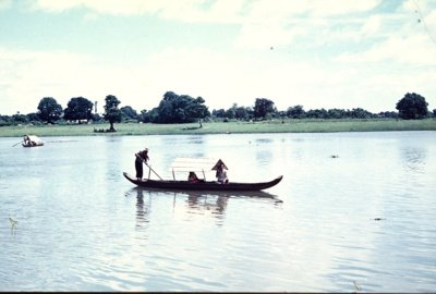 """""""Kasdien gaudavome šviežios žuvies. Kartą vertėja man parodė laivelį, kuris Mekongo upės įlankoje būtent mums ir žvejojo žuvį. Jį nufotografavau"""", – rodo nuotrauką Z. Sabalys. (Z. E. Sabalio asmeninio archyvo nuotr.)"""