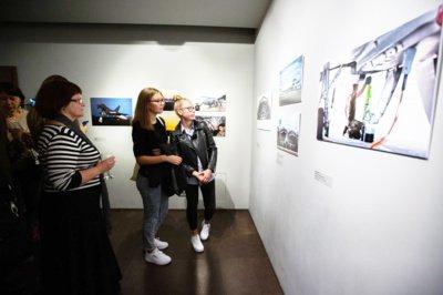 Fotografijų parodos projekto iniciatorė Helen Davies, tyrinėdama Šiaulius, atrado Fotografijos muziejų.