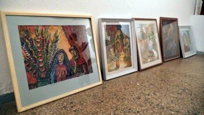 """Šiaulių regiono tautodailės parodoje """"Aukso vainikas"""" eksponuojami Onos Girdvainienės tapybos darbai. Keliuose jų – tautodailininkės mama."""