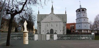 Senosios Radviliškio bažnyčios montažas dabartinėje aplinkoje. Bažnyčia sudegė per karą.